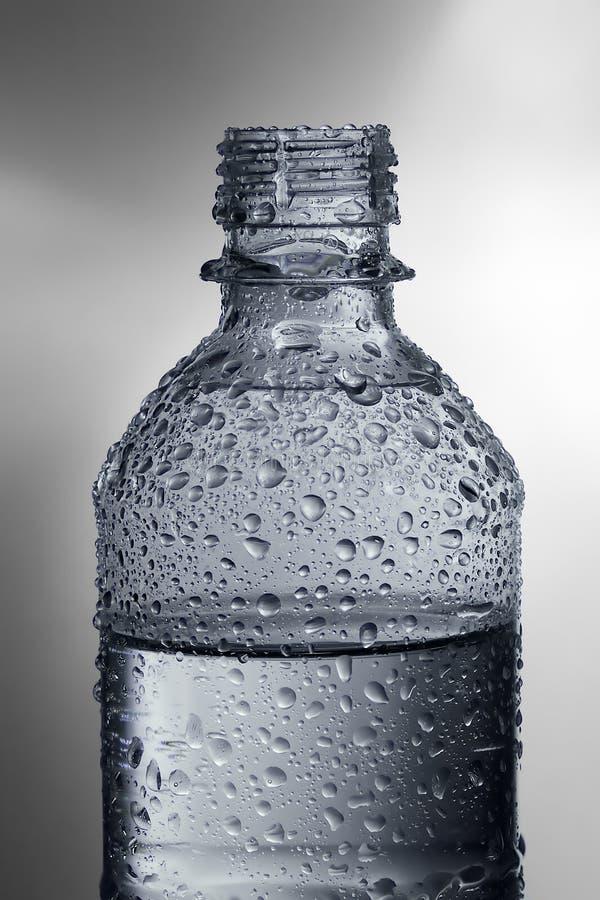Garrafa de água com gotas imagens de stock royalty free
