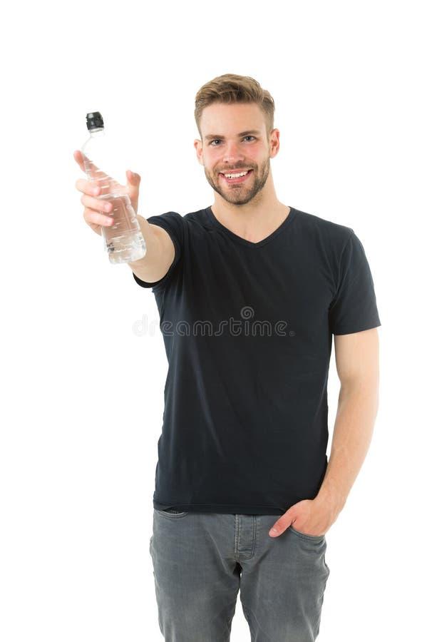 Garrafa de água da posse do atleta do homem Água da bebida do indivíduo no fundo branco Saúde do cuidado do homem e equilíbrio de fotografia de stock