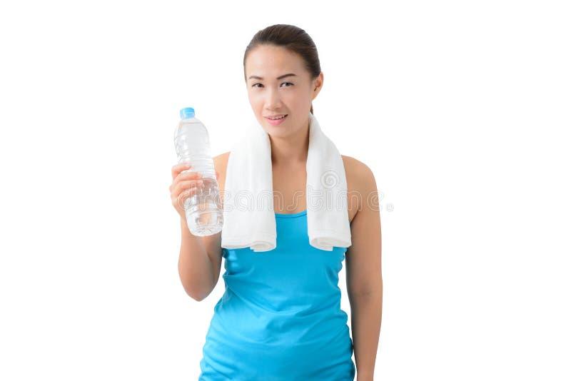 Garrafa de água guardando de sorriso feliz da mulher da aptidão fotos de stock royalty free