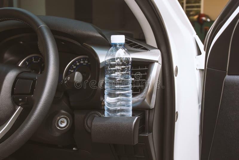 Garrafa de água potável no suporte de copo fotos de stock royalty free