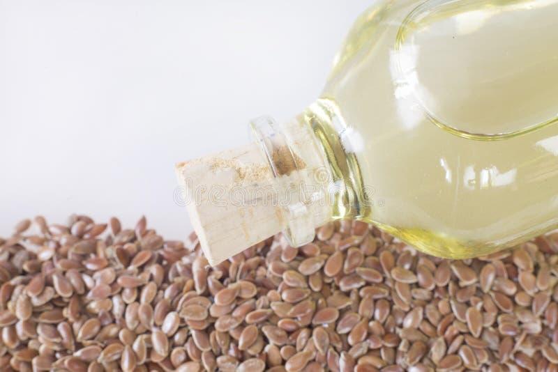 Garrafa de óleo do Flaxseed, óleo de semente saudável das gorduras omega-3 com sementes de linho fotografia de stock royalty free