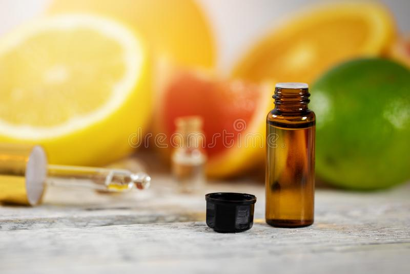 Garrafa de óleo essencial do citrino imagem de stock royalty free