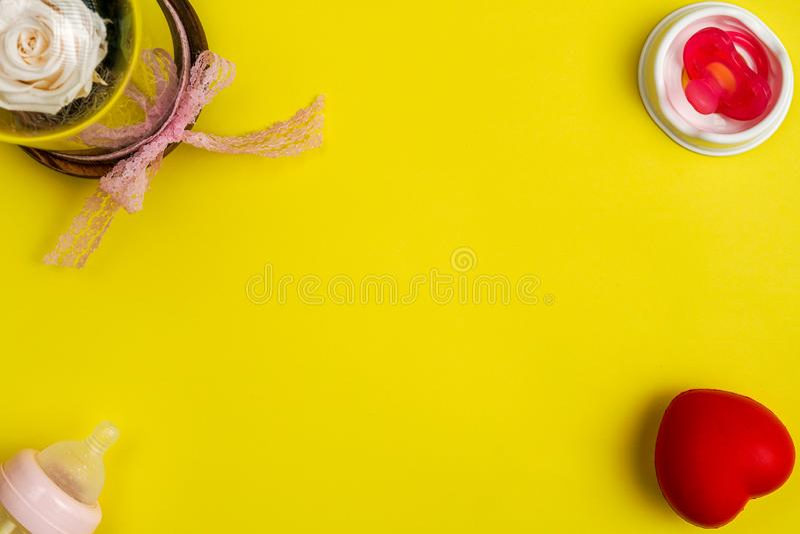 Garrafa de alimentação plástica do bebê com chupeta vermelha fotografia de stock