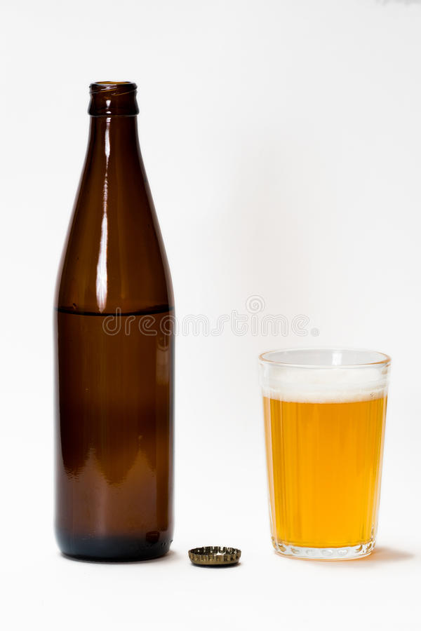 Garrafa de cerveja aberta e vidro completo foto de stock royalty free