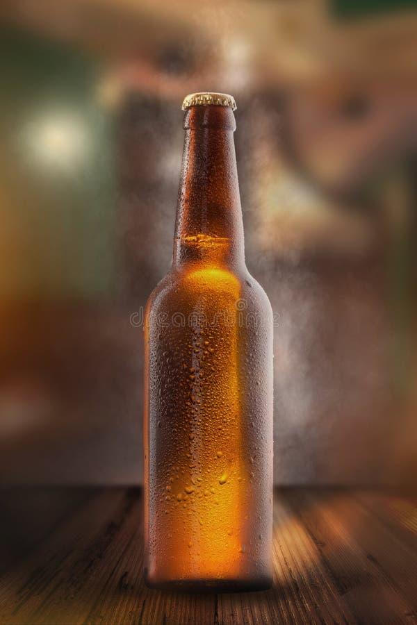 Garrafa de cerveja fria com gotas, geada e vapor fotografia de stock