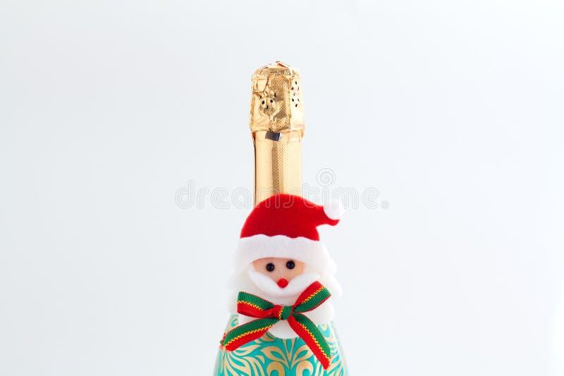 A garrafa de Champagne com brilho dourado espirra no fundo branco Configuração lisa Conceito mínimo do partido fotografia de stock
