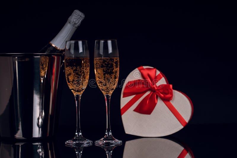 Garrafa de Champagne na cubeta com dois vidros e caixas de presente de vinho fotografia de stock royalty free