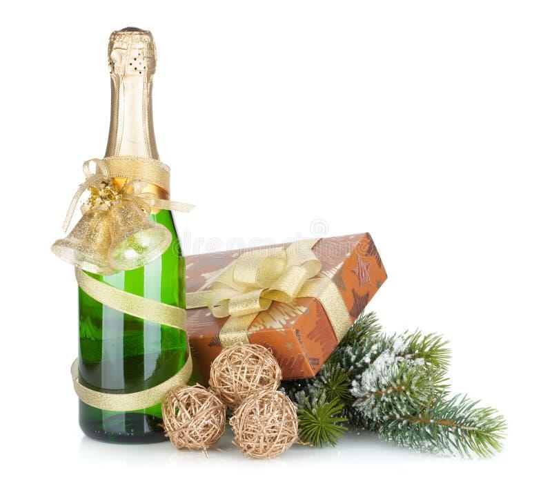 Garrafa de Champagne, presente do Natal e abeto nevado fotografia de stock