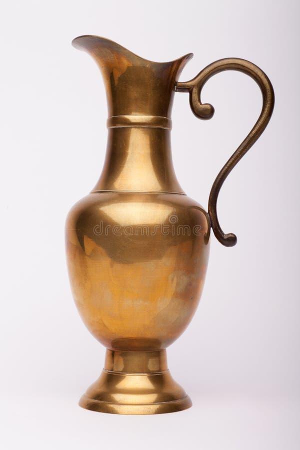 Garrafa de cobre amarillo del vino del renacimiento en el fondo blanco fotos de archivo