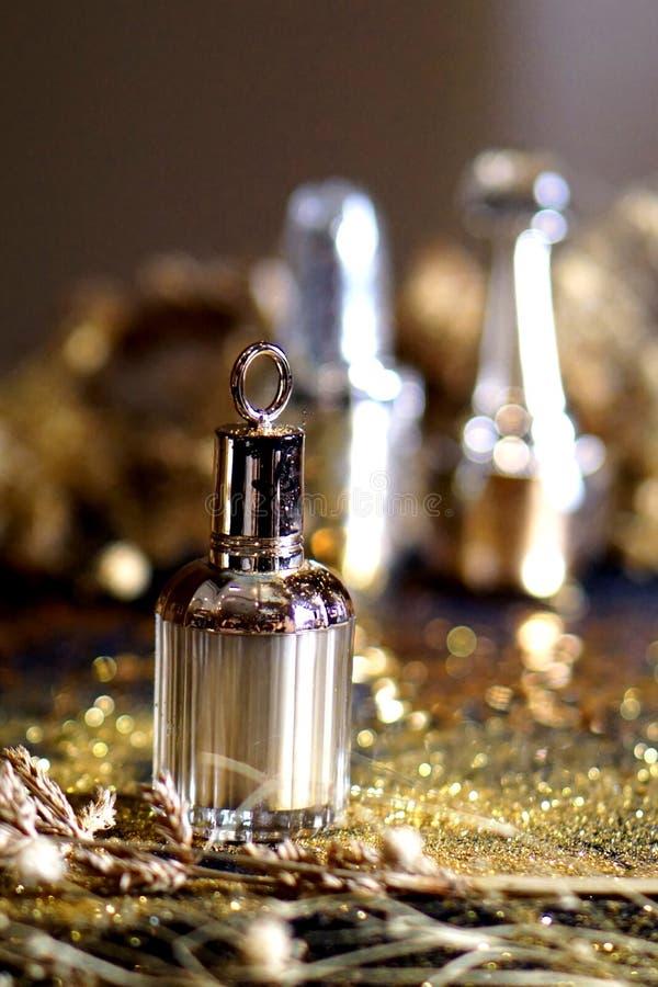 Garrafa de perfume com fundo 003 do ouro imagens de stock royalty free