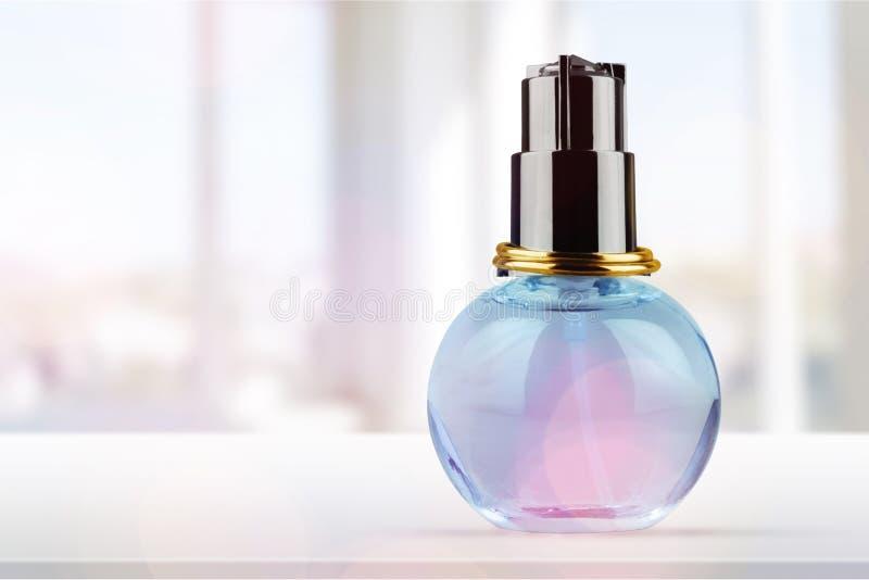 Garrafa de perfume na tabela fotos de stock royalty free