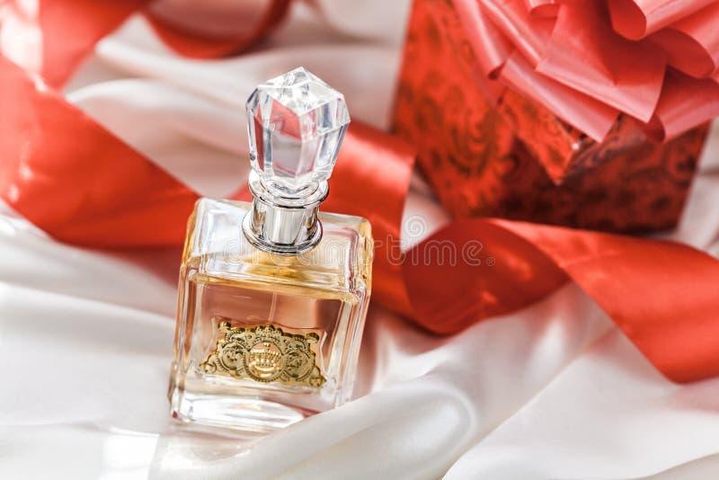 Garrafa de perfume de vidro com presentes fotos de stock royalty free