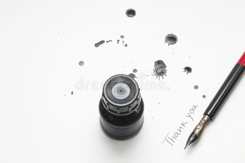 Garrafa de tinta preta com pena e mancha assinatura foto de stock royalty free