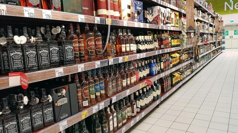 Garrafa de uísque, departamento da bebida imagem de stock royalty free