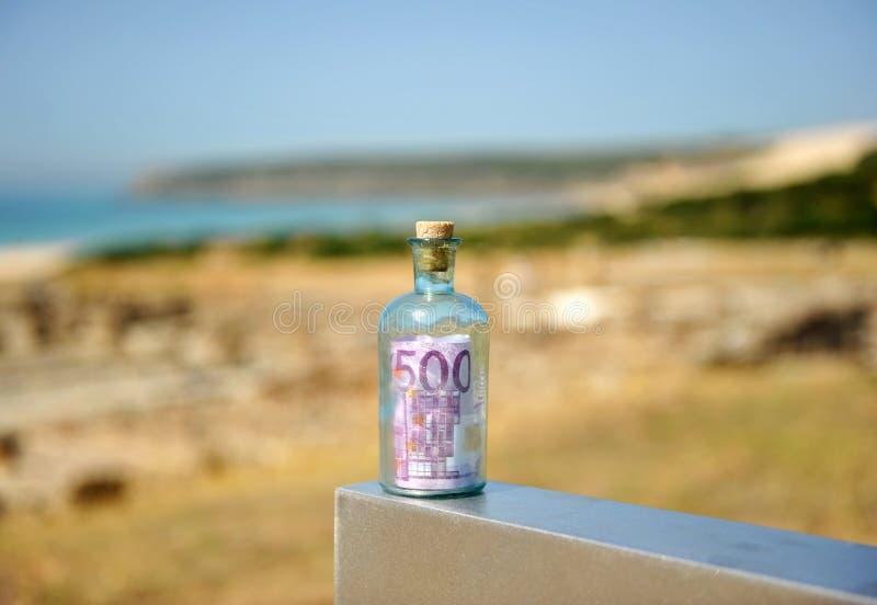 Garrafa de vidro velha com a cédula do euro 500 para dentro fotos de stock