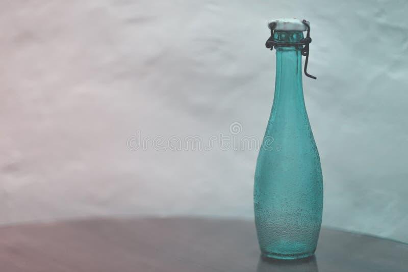 Garrafa de vidro verde do vintage vazio com stopp cerâmico da tampa e do fio imagem de stock