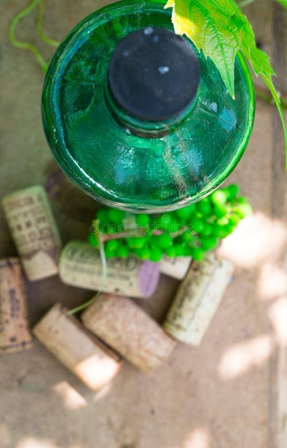 Garrafa de vinho branco com a uva branca na tabela do jardim Vista superior foto de stock