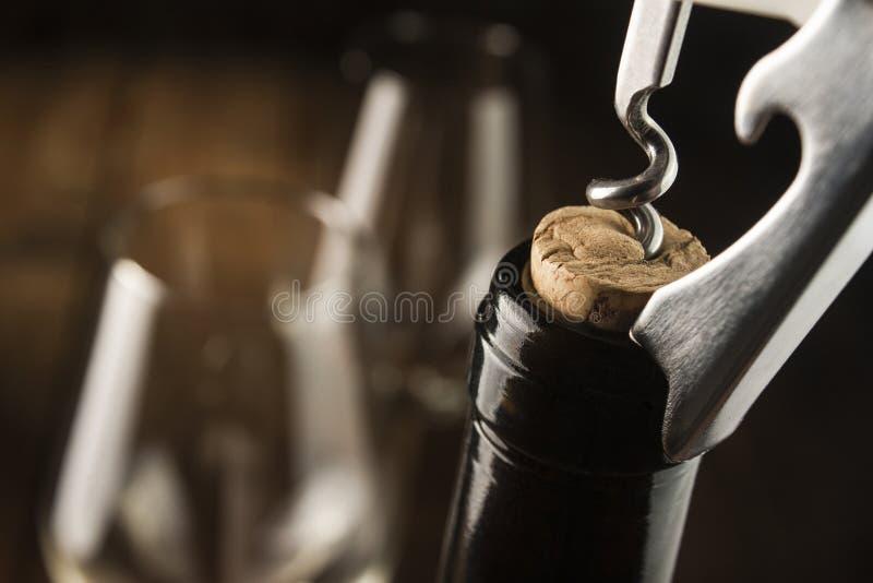 Garrafa de vinho da abertura imagens de stock royalty free
