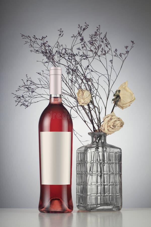 Garrafa de vinho de Rosa com modelo da etiqueta imagens de stock