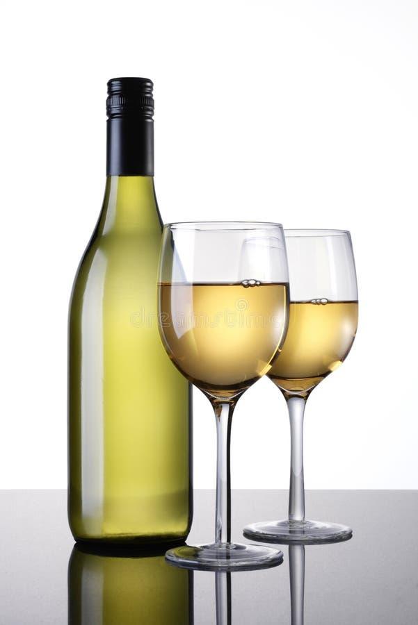 Garrafa de vinho e dois vidros fotografia de stock royalty free