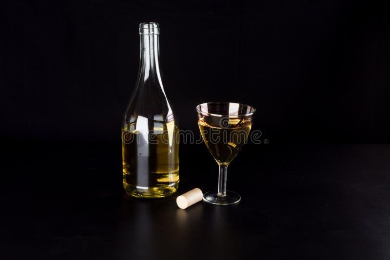 Garrafa de vinho e vidro do vinho fotografia de stock royalty free