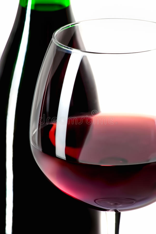 Garrafa de vinho e vidro enchido isolados no branco fotos de stock royalty free