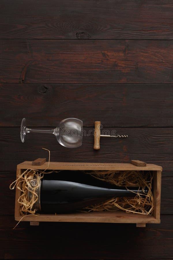 Garrafa de vinho tinto, vidros, corkscrew, configuração lisa imagens de stock
