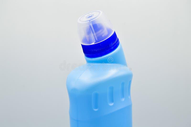 Garrafa detergente pl?stica colorida azul Cosm?tico, recipiente Garrafas, sujas foto de stock royalty free