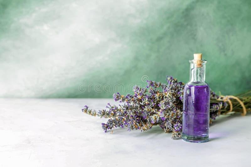 Garrafa do óleo essencial com alfazema na tabela foto de stock