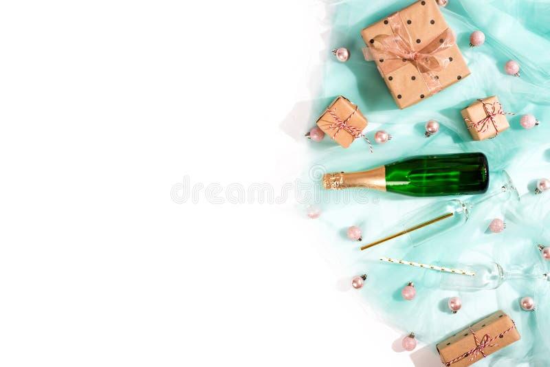 A garrafa do champanhe, caixas de presente envolveu o papel marrom de kraft na tela de turquesa fotos de stock