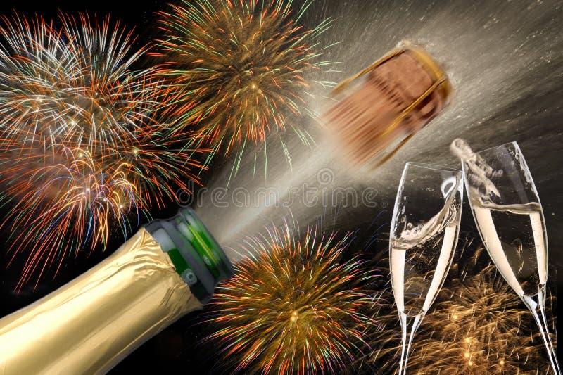 Garrafa do champanhe com cortiça do voo e do fogo de artifício em Silvester 2019 foto de stock