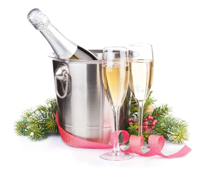 Garrafa do champanhe do Natal na cubeta, nos vidros e na árvore de abeto fotos de stock