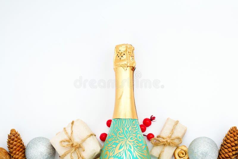 A garrafa do champanhe e da caixa de presente Conceito do ano novo feliz Copie o espaço foto de stock