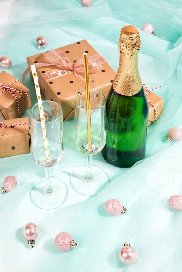 A garrafa do champanhe e das caixas de presente envolveu o papel marrom de kraft fotografia de stock