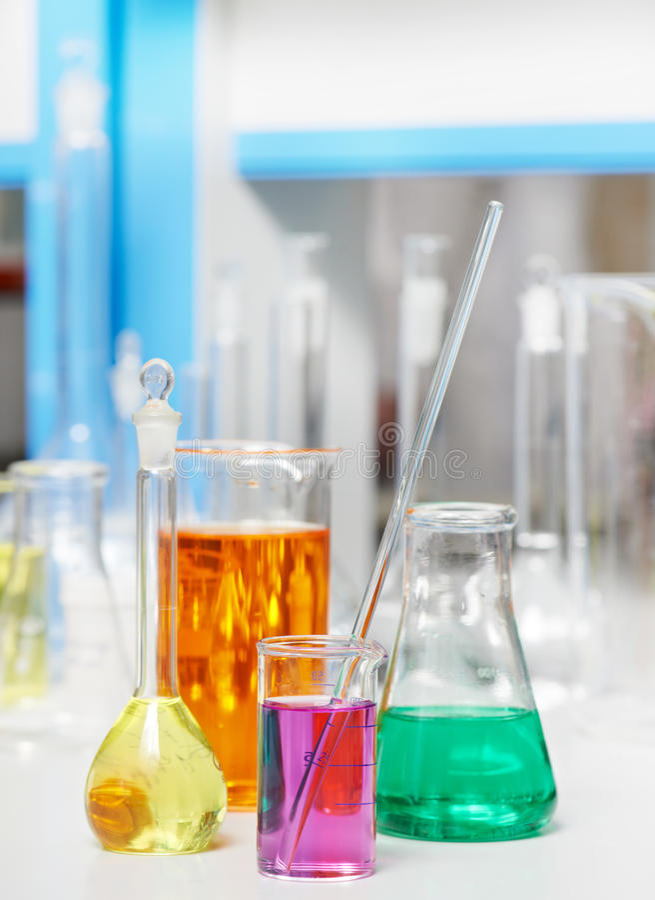 Garrafa do laboratório na pesquisa da farmácia da química foto de stock