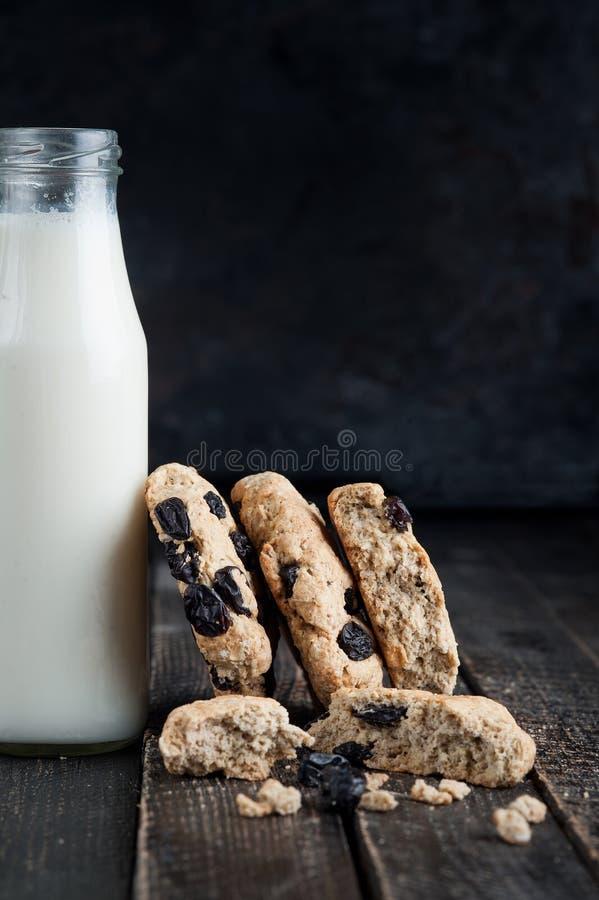 Garrafa do leite com cookies em uma tabela de madeira Fundo preto Foco seletivo imagens de stock