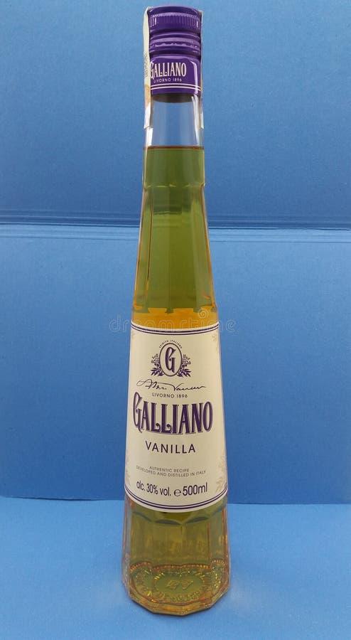 Garrafa do licor da erva de Galliano foto de stock