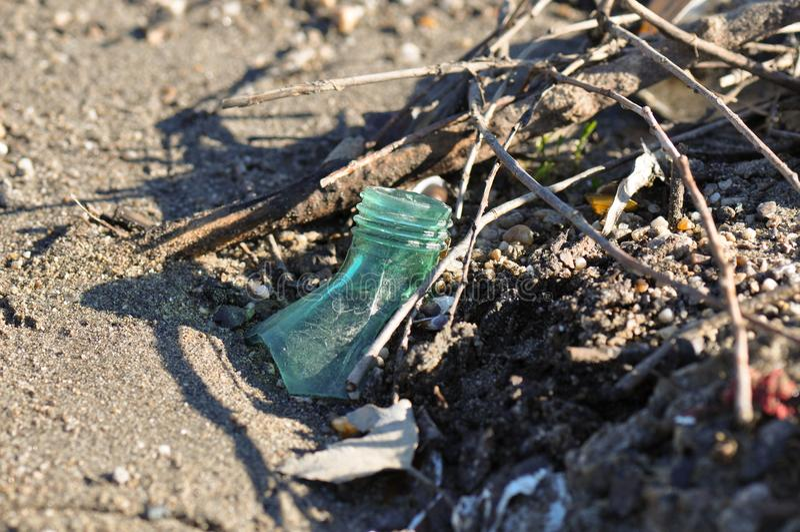 Garrafa do lixo na praia fotos de stock royalty free