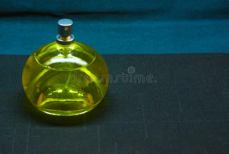 garrafa do perfume claro fotos de stock royalty free