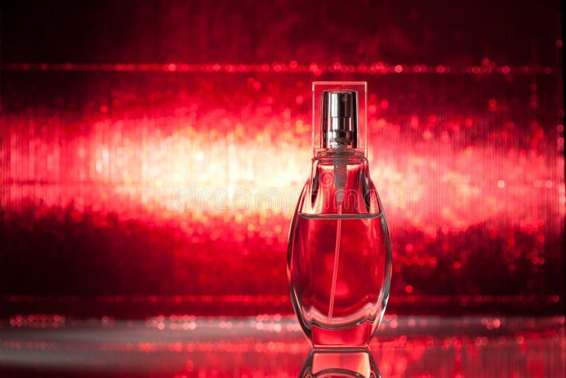 Garrafa do perfume no fundo vermelho fotos de stock royalty free
