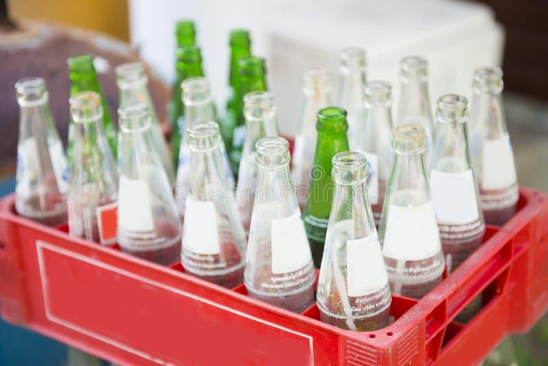 Garrafa do refresco em umas caixas plásticas vermelhas imagem de stock