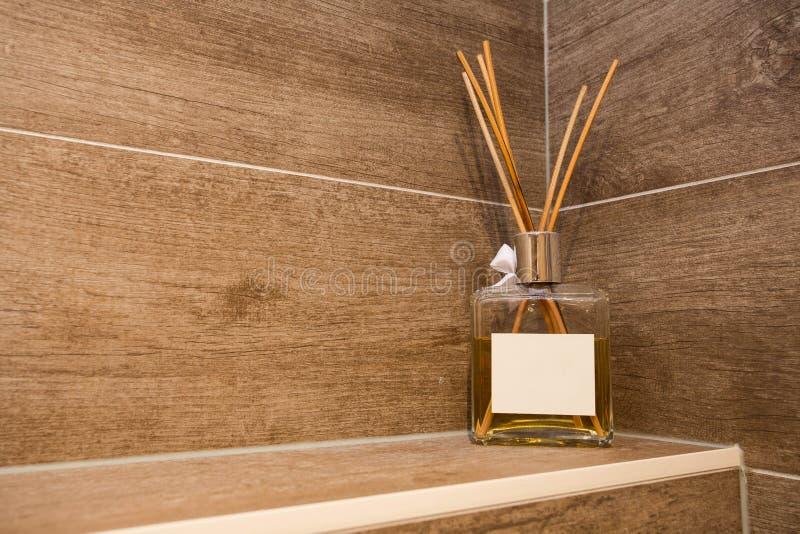 Garrafa do refresher do ar, casa da garrafa do difusor do junco do aroma, varas da fragr?ncia imagens de stock royalty free