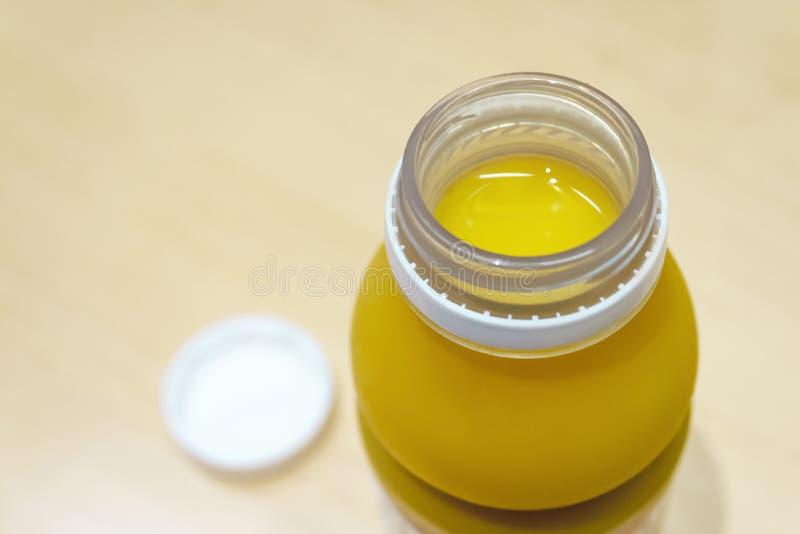 Garrafa do suco de laranja com tampa aberta fotografia de stock