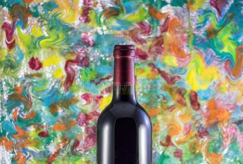 Garrafa do vinho em um fundo colorido fotos de stock royalty free