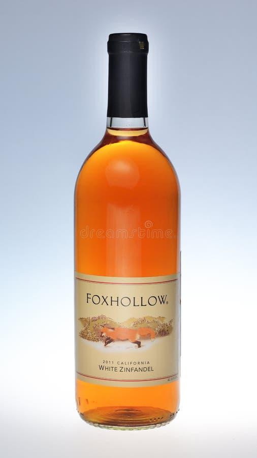 Garrafa do vinho Foxhollow Zinfandel branco no fundo claro do inclinação imagem de stock