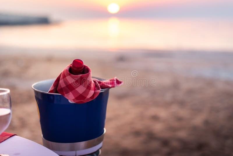 A garrafa do vinho refrigerou em uma praia imagem de stock royalty free