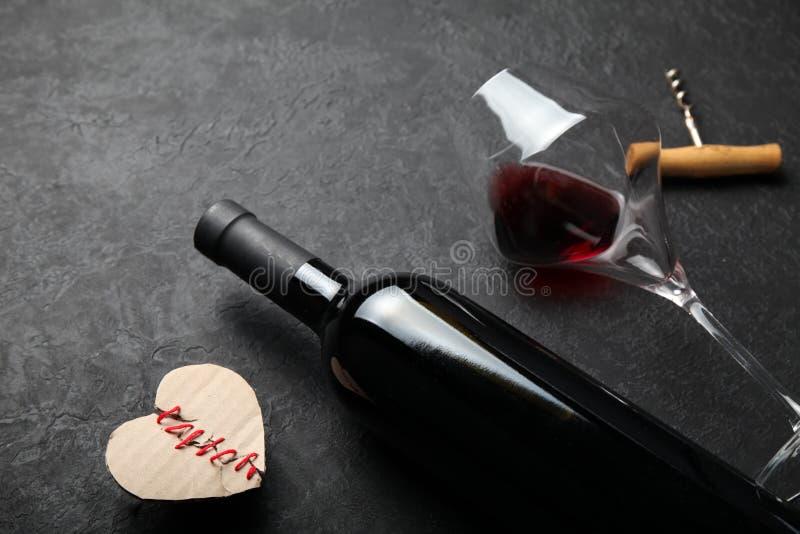 Garrafa do vinho tinto com um coração, dia do amor e de Valentim imagens de stock