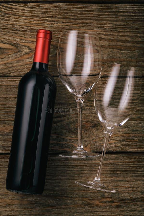 Garrafa do vinho tinto e dos dois vidros em uma tabela de madeira imagem de stock royalty free