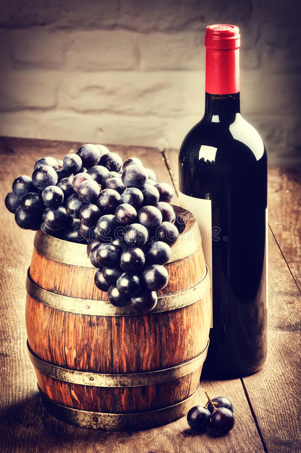 Garrafa do vinho tinto e grupo de uva imagens de stock royalty free
