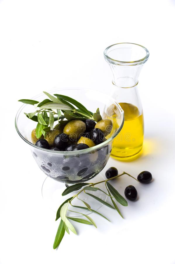 Garrafa e azeitonas de azeite no frasco imagens de stock